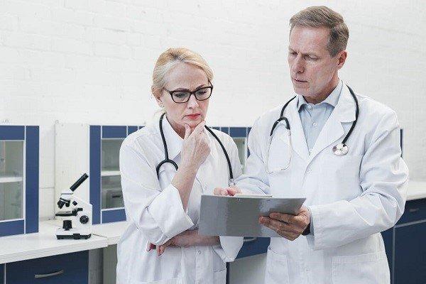 Que papel desempeña la medicina forense