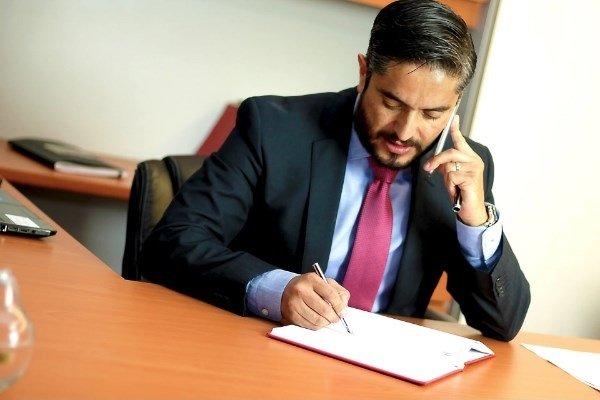 Un excelente abogado brinda soluciones a sus clientes